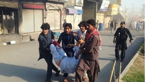 23일 파키스탄 북서부 파라치나르의 재래시장에서 폭탄 테러가 벌어져 최소38명이 숨지고 120여명이 다쳤다. 주민들이 부상자를 들어 옮기고 있다. [연합뉴스]