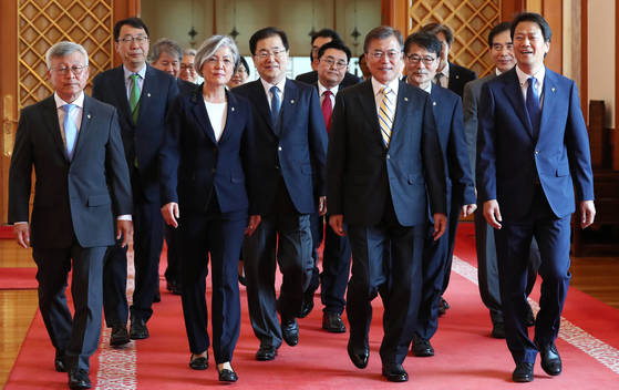 문재인 대통령이 6월 18일 청와대에서 강경화 외교부 장관 임명식을 마치고 대화를 나누며 참모들과 함께 차담회 장소로 이동하고 있다. [연합뉴스]