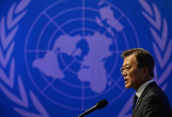 23일 서울 롯데호텔에서 열린 '6.25 국군 및 UN 참전유공자 위로연' 행사에 참석한 문재인 대통령이 인사말을 하고 있다. 청와대사진기자단