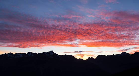 스위스 생모리츠, 해발 2456m에 위치한 파노라마 레스토랑에서 본 낙조. 3000~4000m 급 고봉 위로 붉게 물든 구름이 춤추는 듯 시시각각 다른 장관을 연출했다.