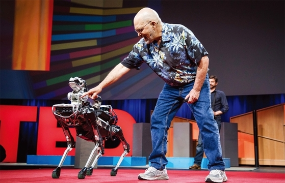 4월25일(현지시간) 캐나다 밴쿠버 컨벤션 센터에서 열린 2017 TED 2일차 행사엔 로봇·인공지능 업계의 '고수'들이 모였다. 그중 한 명인 보스톤 다이내믹스의 마크 라이버트 대표가 네 발과 팔을 유연하게 움직이는 '스폿 미니'를 선보이고 있다. 이 회사는 세계에서 가장 진화한 형태의 로봇을 만든다는 평가를 받고 있다. / 사진제공·TED