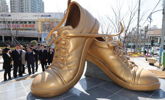 부산 신발산업이 부활의 조짐을 보이고 있다. 1950~1980년대 수출 효자였던 부산진구 부암동 옛 진양고무 신발공장 자리에 설치된 높이 2.7m의 신발모형 조형물.