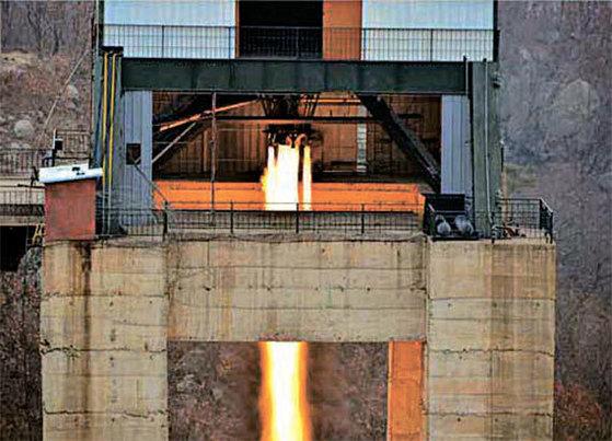 북한이 지난 3월 18일 실시한 신형 고출력 로켓엔진 지상분출 실험. [사진 노동신문]