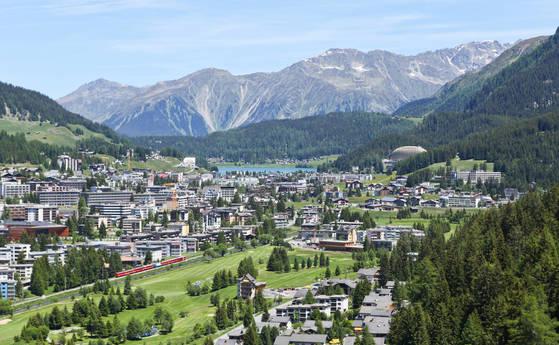 케이블카에서 내려다본 스위스 다보스.산골 소도시임에도세계경제포럼 등 컨벤션이 많이 열리는데다 겨울에는 스키장이 오픈해 대형 호텔이 많은 편이다.