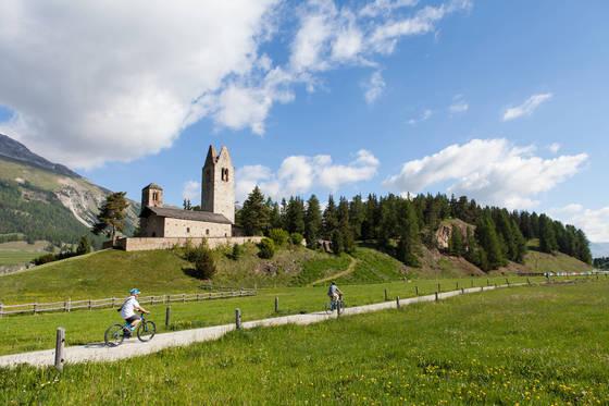 겨울스포츠의 성지 생모리츠는 여름에도 매력적이다. 야생화 만발한 꽃길을 자전거 타고 둘러보는 사람이 많다.
