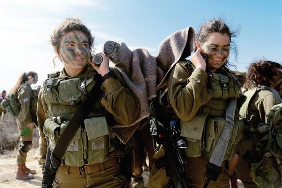 칼라칼 대대의 여군들은 남성 전투원들과 똑같이 강도 높은 훈련을 받는다.