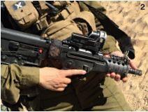 카라칼 대대 여군들이 소지한 소총 타보르(Tavor). 수십 발의 실탄이 장전돼 있다.