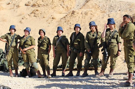 카라칼 대대 소속 로바이트 A 부대 훈련병들. 십대 후반의 앳된 모습이지만 훈련에 임할 땐 누구보다 진지한 표정이다.