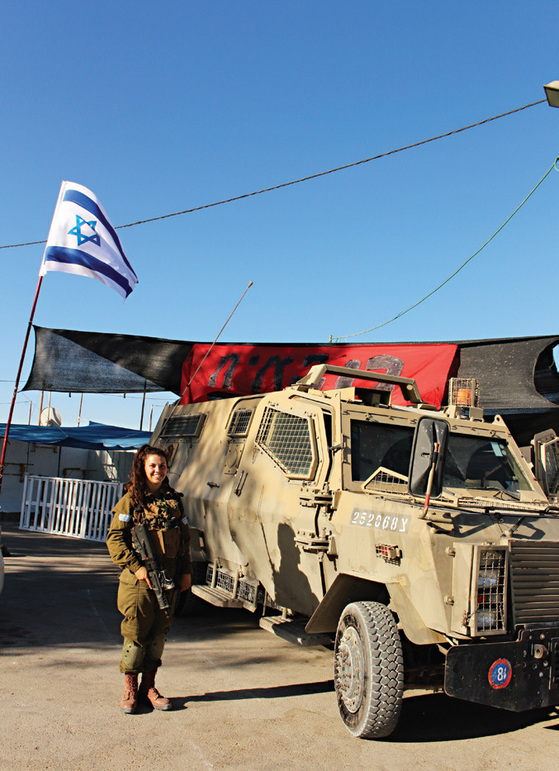 카라칼 대대의 일라나 상병이 군용 트럭 앞에서 포즈를 취했다.