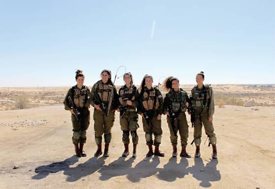 이스라엘 남부 첫 혼성전투부대 '카라칼 대대'의 여군들은 남성과 똑같은 2년 8개월의 복무기간을 거친다. 카라칼 대대는 이집트와 국경선 근처에 있다.