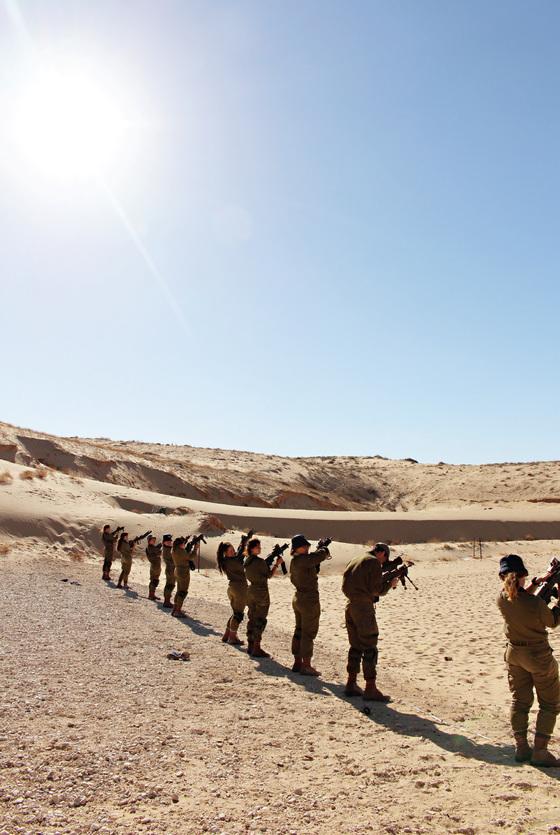 로바이트 A 부대 훈련병들이 사격훈련을 받고 있다.