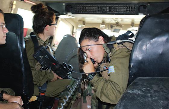이스라엘 군용 트럭의 내부. 국경을 순찰할 때 주로 쓴다.