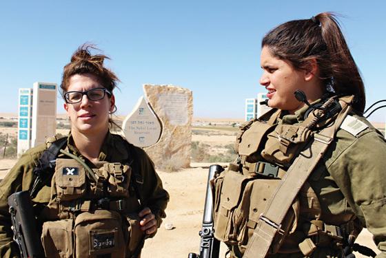 인터뷰에 응하는 카라칼 대대의 사리바 병장(왼쪽)과 에덴 소위.