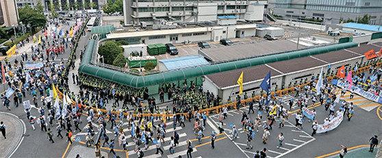 24일 오후 서울광장에서 '사드철회평화행동' 집회를 마친 참가자들이 광화문 미국대사관 주위를 돌며 사드 반대 구호를 외치고 있다. 이들은 19분 동안 미국대사관을 둘러싸고 시위를 벌였다. [연합뉴스]