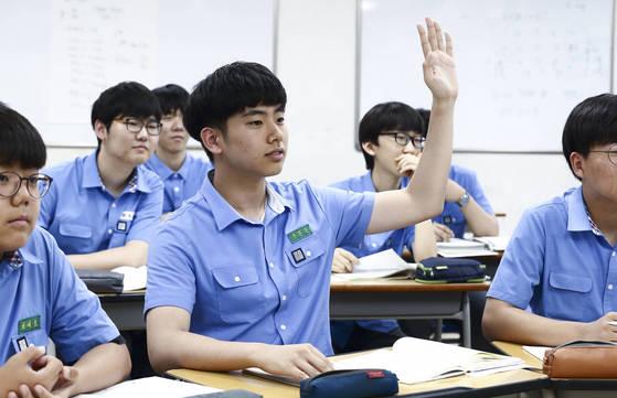 """""""선생님, 이해가 안 되는 부분이 있습니다."""" 2학년 구본준군이 매주 화·목요일 이뤄지는 학습 컨설팅 시간에 손을 들고 교사에게 질문하고있다. [임현동 기자]"""