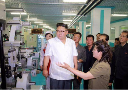 김정은 북한 노동당 위원장이 최근 치과위생용품공장의 현지지도에 나섰다고 노동신문이 20일 전했다. [사진 노동신문]