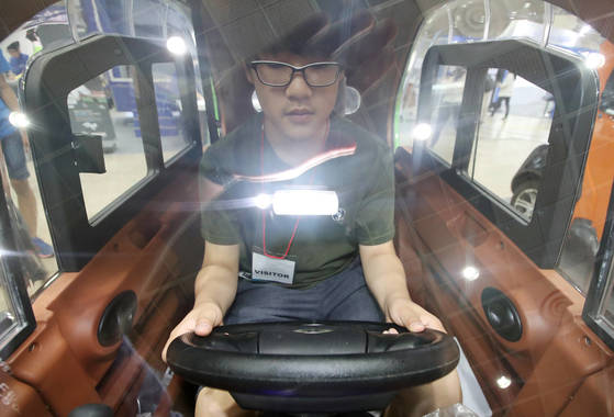 이제는 1인 차량 시대  (서울=연합뉴스) 김도훈 기자 = 21일 오전 서울 강남구 코엑스에서 열린 2017 스마트 테크쇼를 찾은 관람객이 초소형 전기차를 살펴보고 있다.  60V 45AH 납축배터리를 사용한 이 차량은 최고시속 45km/h 이며 한번 충전으로 100km를 이동할 수 있다. 2017.6.21  superdoo82@yna.co.kr(끝)<저작권자(c) 연합뉴스, 무단 전재-재배포 금지>
