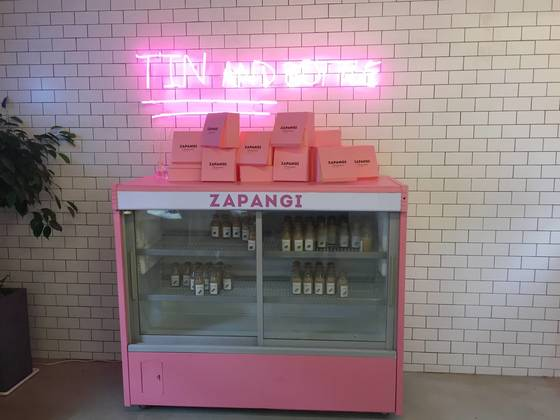 자판기 카페 안에 있는 핑크색 냉장고.