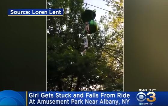 한 소녀가 미국의 놀이공원에서 곤돌라를 타던 중 8m 높이 아래로 떨어졌다. 아래에 있던 남성이 소녀를 받아내 크게 다치지 않았다. [사진 CBS 유튜브 영상 캡처]