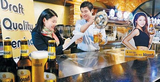 맥주 업계가 생맥주 품질 관리에 적극적으로 나서고 있다. 사진은 롯데주류의 생맥주 품질관리를 위한 '퀄리티 세미나' 현장. [사진 롯데주류]