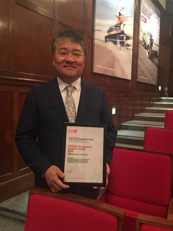 한국 연구자 중 처음으로 영국기계학회 항공우주부문 최우수 논문상을 받은 손창민 교수.