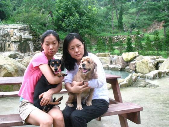 김안나씨와 김베네씨(왼쪽부터) 자매가 각각 신비와 지난 1일 림프암으로 세상을 떠난 코카스파니엘 진이를 안고 찍은 사진. 두 사람은 자주 두 반려견과 산책을 했다.[사진 김안나씨]