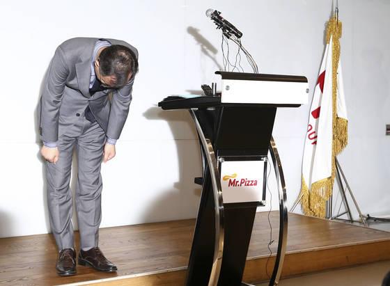 최병민 사장이 정우현 회장의 대국민사과 기자회견이 끝난 뒤 허리숙여 사죄하고 있다. 임현동 기자