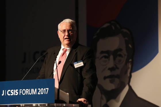 존 햄리 미국 전략국제문제연구소(CSIS) 소장이 26일 서울 신라호텔에서 열린 2017 중앙일보-CSIS 포럼에서 환영사를 하고 있다. 전민규 기자