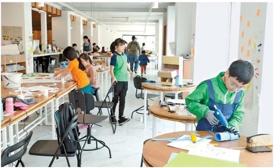서울 동대문구 이문동의 '이문238' 공작실에서 메이커 활동을 하는 학생들. 이문238에선 오전에는 엄마가, 오후에는 아이들이 작업을 할 수 있다