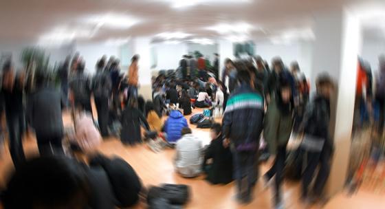 한 불법 다단계업체 지하 교육장에서 300여 명의 대학생이 점심을 먹고 있다. [중앙포토]