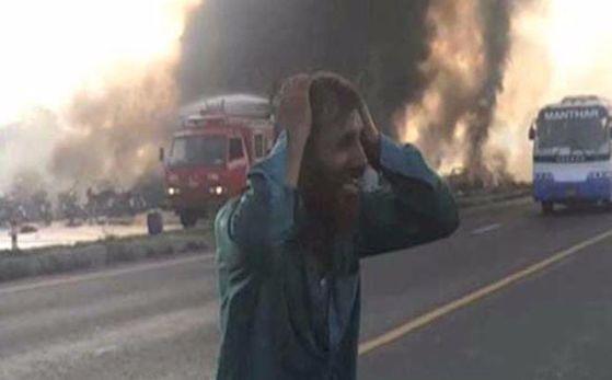 파키스탄에서 25일(현지시간) 유조차 전복 사고로최소 148명이 숨졌다. [두냐뉴스 홈페이지 캡처]