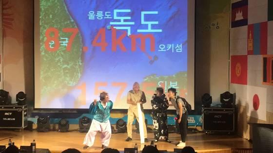 26일 오후 경북 경산시 대구대학교에서 일본인 유학생이 포함된 '국제비빔밥' 팀이 독도사랑 한국어 말하기 대회에서 연극 무대를 펼치고 있다. 경산=김정석기자