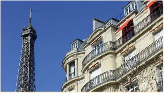 파리 부동산 평균 시세는 다음 달 1㎡당 8800유로(약 1120만 원)를 넘을 전망이다. 전반적으로 파리 부동산 시세는 1년 전보다 5.5% 올랐고, 최근 석달 간 1만 건 넘게 거래됐다고 FT는 전했다.