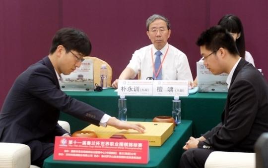 박영훈 9단(왼쪽)이 탄샤오 8단에게 1-2로 패하면서 준우승에 그쳤다. [시나바둑]