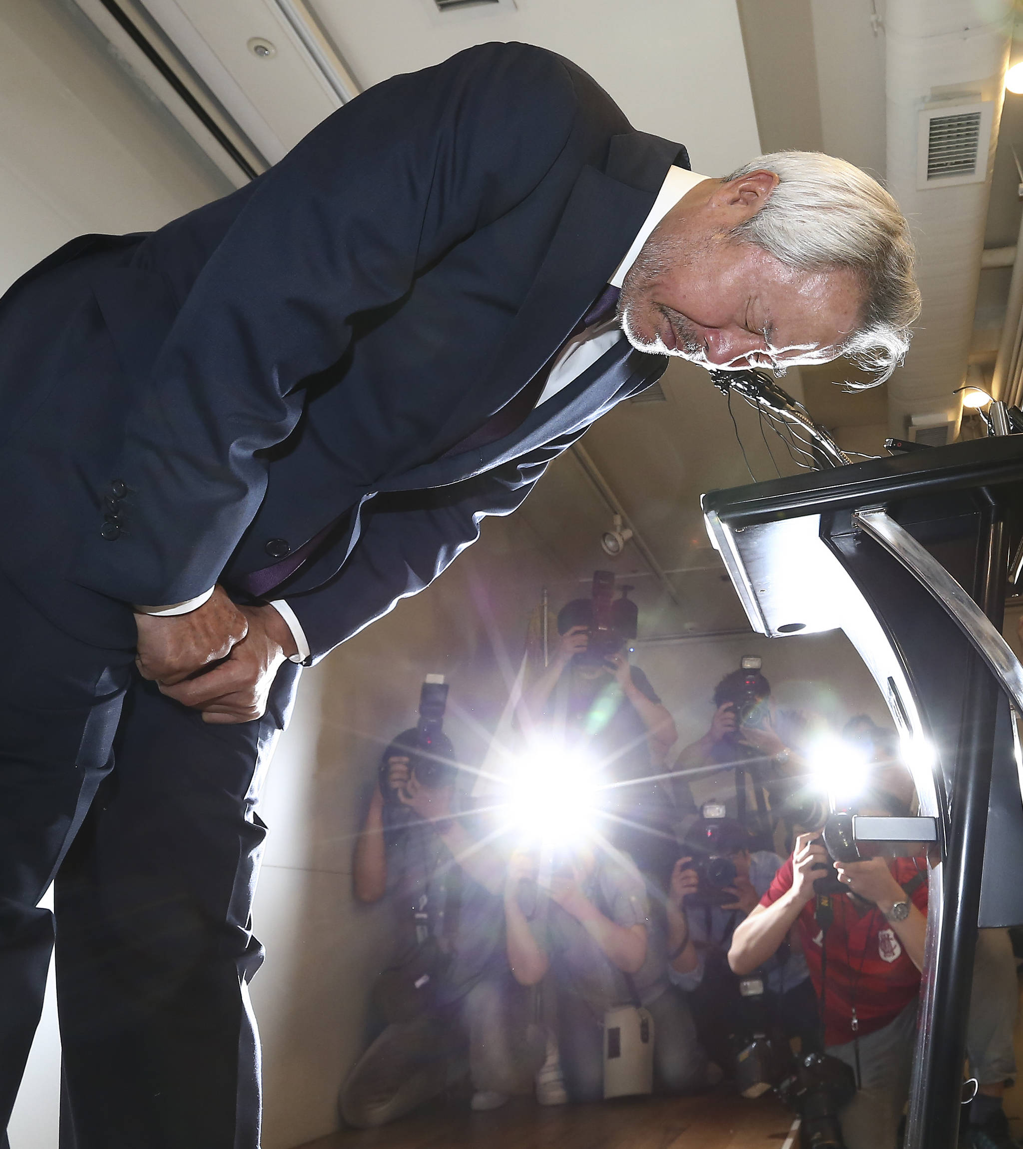 '치즈통행세' 문제로 검찰 조사를 받고 있는 미스터피자 정우현 회장이 26일 오후 서울 서초구 방배동 MP그룹 본사에서 기자회견을 열어 대국민사과를 했다. 정 회장이 허리숙여 사과하고 있다. 임현동 기자