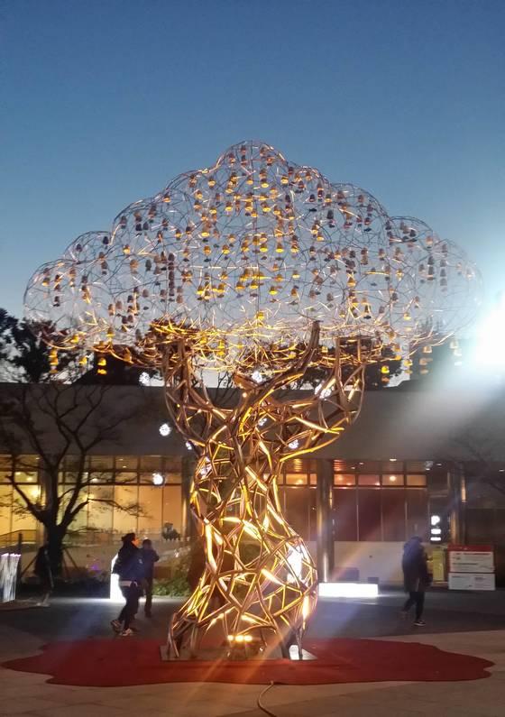 '조형 아트 서울 2017'에 기획전시로 선보일 성동훈 작가의 '소리나무'. 높이가 7m에 달하는 작품이다.Sound Tree 700x550x300cm 스테인리스스틸, 우레탄도색, 풍경 2016사진제공=조형 아트 서울 2017