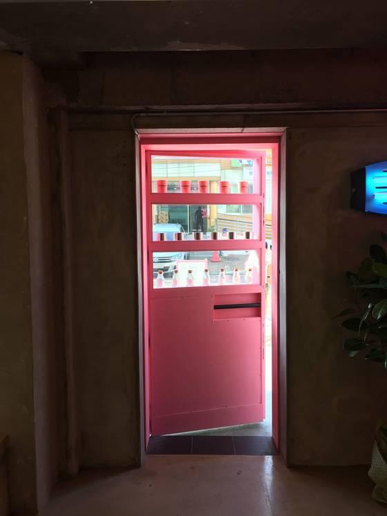 카페 안에서 자판기 문을 통해 본 풍경. 자판기를 통과하면 다시 현실로 돌아간다.