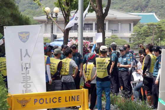 민노총 조합원들이 26일 청와대 앞길로 진입하려다 청와대 경호실과 경찰에 의해 제지당하고 있다. 최정동 기자 20170626