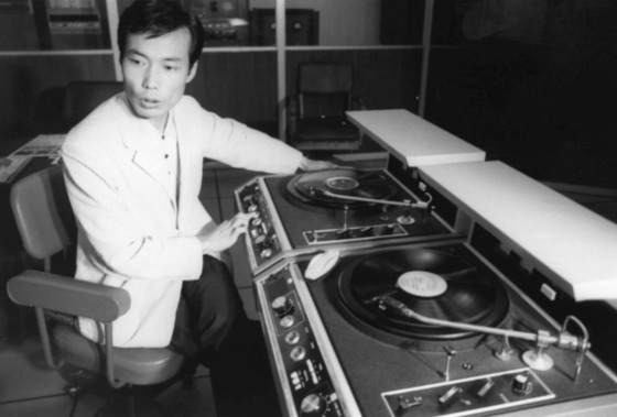 '밤의 디스크쇼'로 유명한 1세대 DJ 박원웅씨가 젊은 시절 턴테이블 앞에서 디제잉을 하던 모습. [중앙포토]