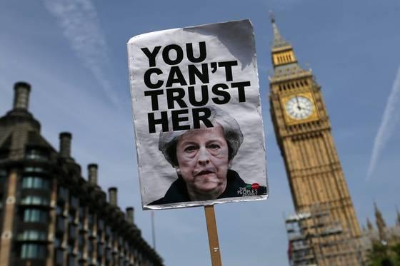 테리사 메이 영국 총리의 총선 패배 등으로 브렉시트 불확실성이 커지면서 유럽 금융중심지로서 런던의 위상도 추락하고 있다. [AFP=연합뉴스]