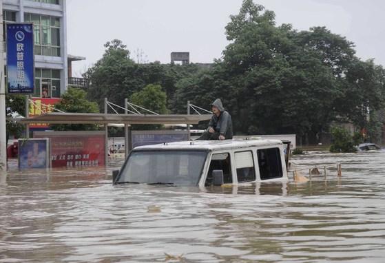 지난 2010년 중국 남부 지역에 폭우가 내려 장시성 위장현의 한 도로가 물에 잠겼다.[위장현 신화통신=연합뉴스 ]