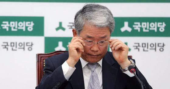 김동철 국민의당 원내대표가 27일 오전 국회에서 열린 원내대책회의에서 안경을 고쳐쓰고 있다. 박종근 기자