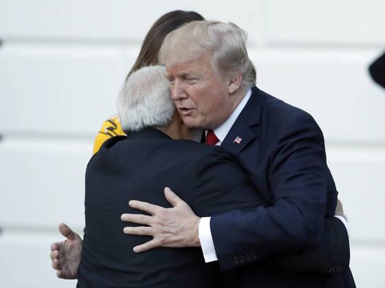 도널드 트럼프 대통령이 26일 백악관에서 나렌드라 모디 인도 총리와의 정상회담 기자회견을 마친 뒤 포옹하고 있다.[AP=연합]