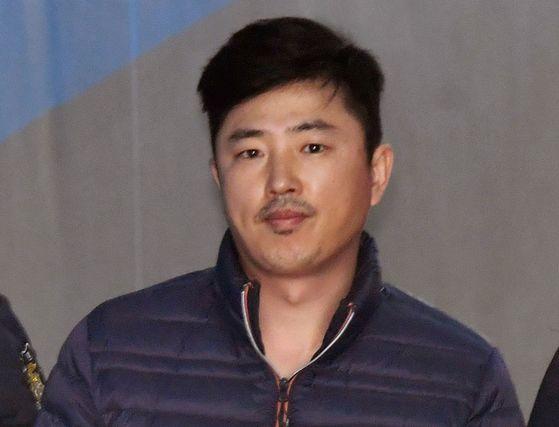 알선수재 혐의로 긴급체포된 고영태 전 더블루K 이사가 4월 13일 오후 서울 서초동 서울중앙지법에서 열린 체포적부심에 출석하고 있다. [중앙포토]