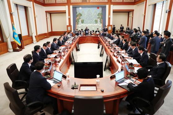 문재인 대통령이 27일 오전 청와대 본관 세종실에서 열린 첫 국무회의를 주재하고 있다.