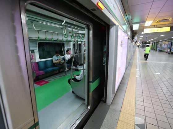2호선 '멈춤'  (서울=연합뉴스) 김현태 기자 = 27일 오전 7시 40분께 서울 지하철 2호선 을지로입구역에서 시청방향 전동차가 10분 넘게 문을 열고 멈춰있다. 앞서 오전 7시 5분께 2호선 강남역에서 역삼 방향으로 가는 전동차가 고장으로 멈춰 서며 그 여파로 2호선 전동차들이 각 역에 10여 분간 정차하며 출근길 시민이 큰 불편을 겪었다. 2017.6.27  mtkht@yna.co.kr(끝)<저작권자(c) 연합뉴스, 무단 전재-재배포 금지>