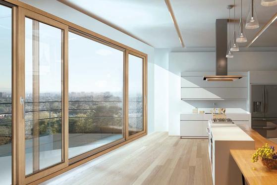 에너지소비효율 1등급 창호를 사용하면 연간 냉난방비를 최대 40% 정도 절약할 수 있다. 고단열 창호 '수퍼세이브 5 시리즈' 가 보이는 주방 모습. 왼쪽 사진은 복층 유리 '수퍼솔라 자외선 차단 유리'.