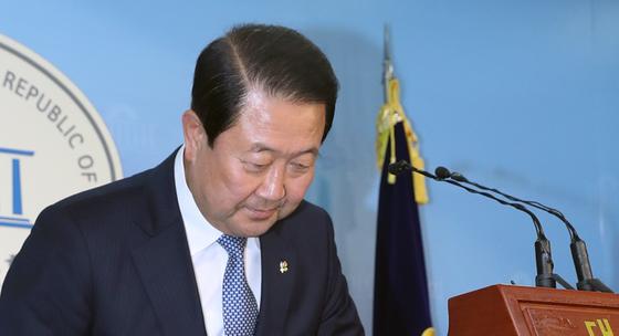 박주선 국민의당 비대위원장이 26일 국회에서 지난 대선 당시 문재인 대통령 아들의 특혜 채용 관련제보 문자가 조작됐다며 사과했다. [연합뉴스]