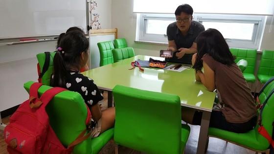 지난 21일 전북 순창군 청소년수련관에서 열린 '무지개 국악오케스트라' 오리엔테이션에서 전북도립국악원 소속 한 단원이 청소년 단원들과 상담하고있다. [사진 전북도립국악원]