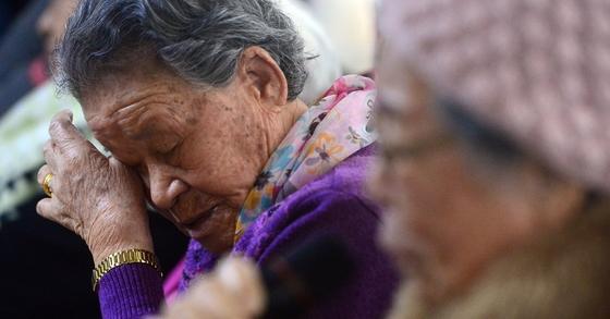 경기도 광주시 일본군 위안부 피해자 쉼터 나눔의집에서 위안부 피해자 할머니들이 이야기를 나누다 눈물을 흘리고 있다. [국회사진기자단]
